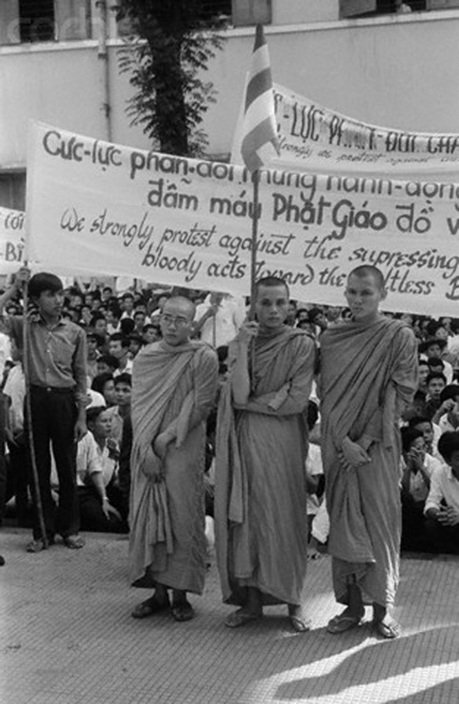 buddhist riot of 1963 On 11th june 1963, 67-year-old buddhist monk thích quảng đức sat down in the lotus position at a busy crossroads in saigon, doused himself in petrol, lit a match and burned to death this spectacular public act of self-immolation in protest against the south vietnamese government's.
